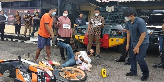 Rekontruksi kasus pembunuhan berantai yang menewaskan Turiyati, Sugiono dan cucu di Solam Raya diperagakan 40 adegan