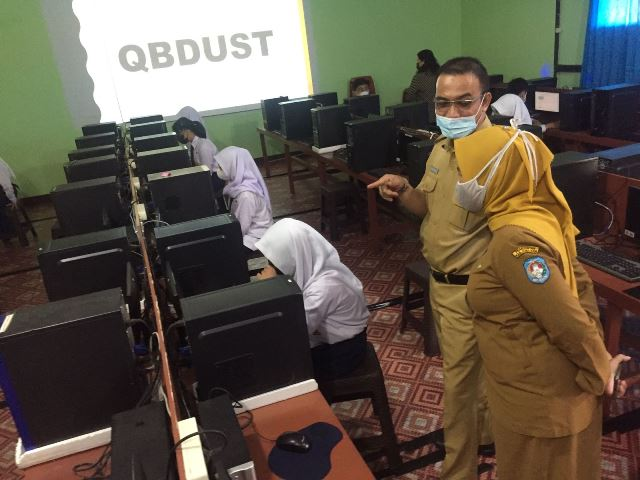 Dinas Pendidikan dan Kebudayaan Kubu Raya yang memantau ANBK di SMP Negeri 3 Teluk Pakedai yang banyak gagal diikuti siswa